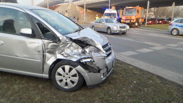 Auto zderzyło się z tramwajem. Dwie osoby ranne
