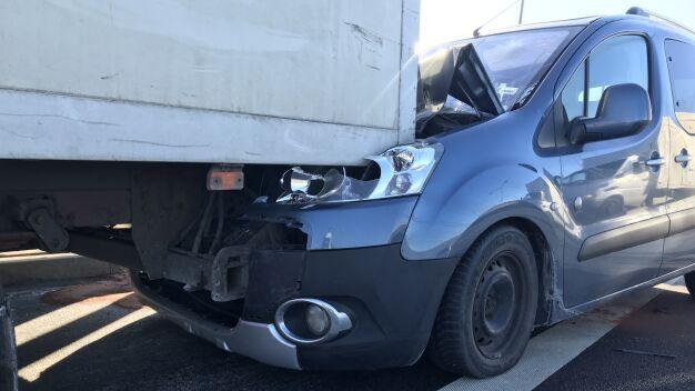 Kolizja na S79. Dwa samochody zderzyły się niedaleko lotniska