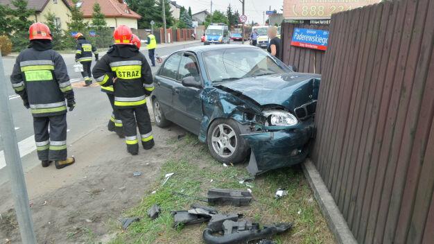 Zderzenie w Rembertowie. Jedno  z aut wjechało w drewniany płot