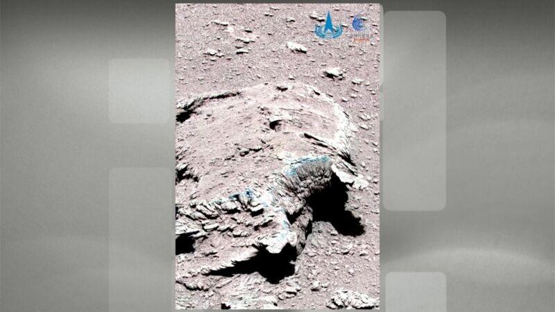 Zdjęcia z Marsa wykonane przez łazik Zhurong (Reuters)