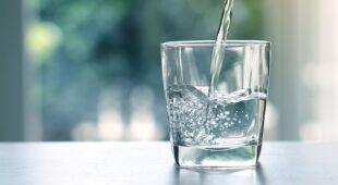 Mikroplastik w wodzie butelkowanej